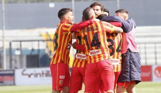 Serie C, il Catanzaro batte in trasferta la Juve Stabia e blinda il terzo posto: decide Pierno