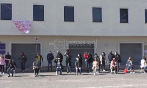 Crisi call center Abramo, a Crotone sit-in dei lavoratori: «Non abbandonateci»