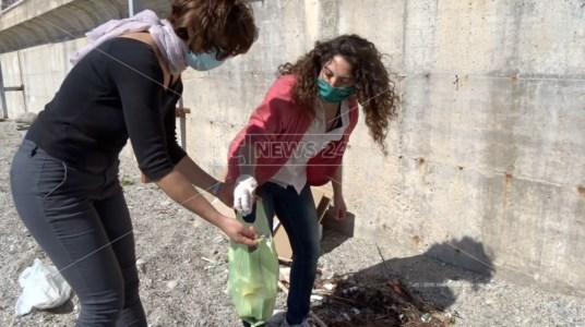 Marina di Gioiosa, volontarie ogni giorno puliscono la spiaggia: «Combattiamo il degrado»