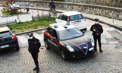 Cosenza, in fuga da un posto di blocco gettano la droga dal finestrino: due arresti