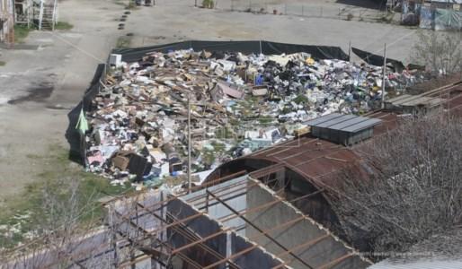 La discarica al centro di Cosenza vista dall'alto