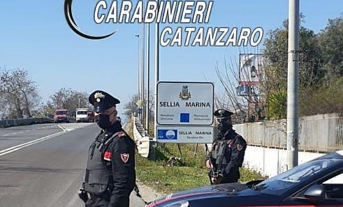 Festa di compleanno a Sellia Marina, i carabinieri multano 11 giovani