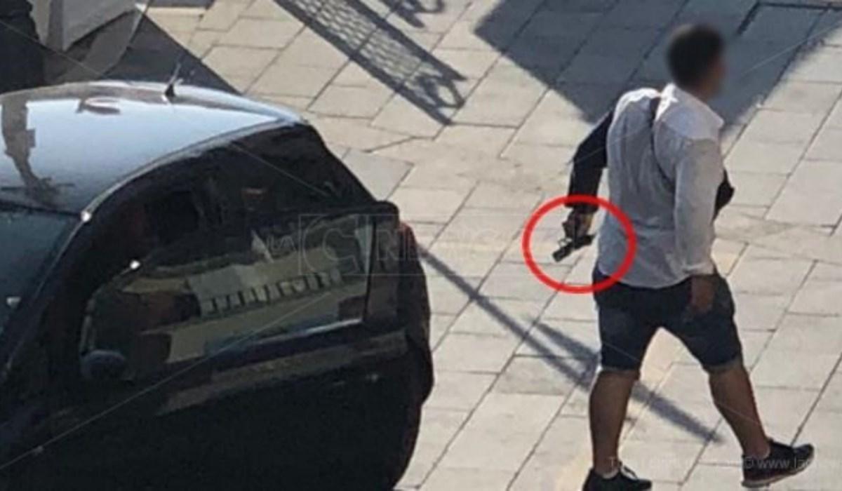 Un fermo immagine del raid punitivo ripreso dalle telecamere