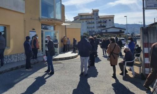 Covid, ad Aprigliano anziani in fila da ore ma i vaccini e i medici non ci sono: scoppia la protesta