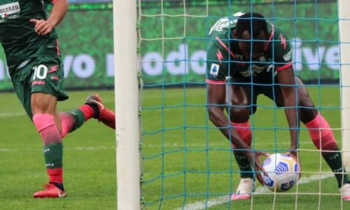 Serie A, Crotone tanto impegno però zero punti: il Napoli soffre ma vince 4 a 3