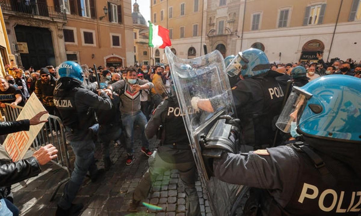 Gli scontri tra manifestanti e agenti - foto ansa
