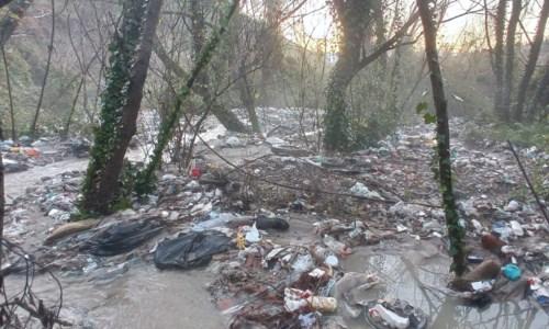 Come un girone dantesco, la fiumara dei rifiuti che avvelena mezza Calabria