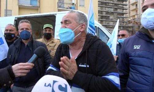 A Lamezia la protesta degli ambulanti calabresi: «Puzziamo di fame, fateci lavorare»