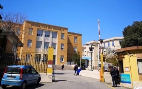 Ospedale di Cosenza, tempo scaduto per i sanitari non vaccinati: iniezione o sospensione