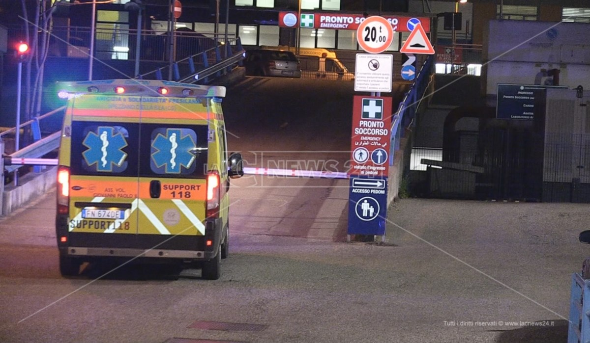 Ambulanza in arrivo al pronto soccorso di Cosenza