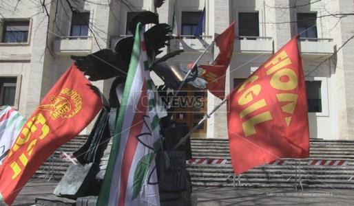 Sindacati in protesta davanti la Prefettura di Cosenza