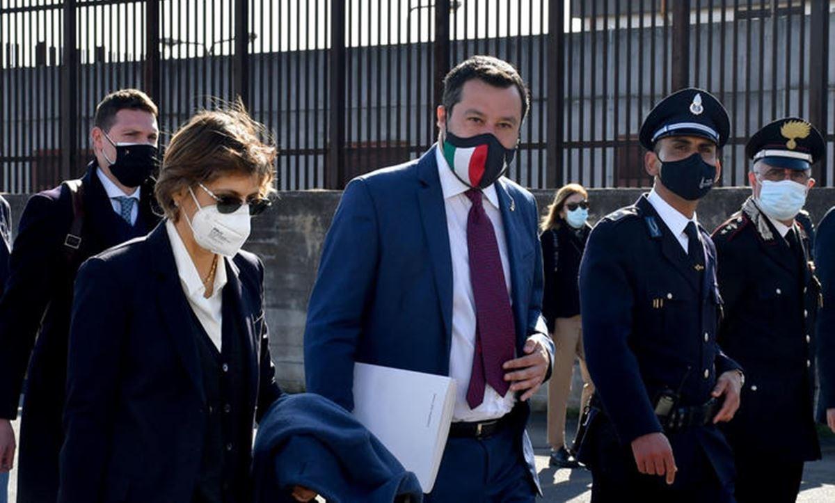 Matteo Salvini all'ingresso in aula (foto ansa)