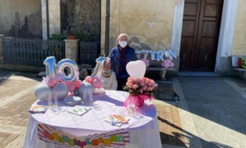 La centenaria Littera Todaro con il sindaco Lidio Vallone