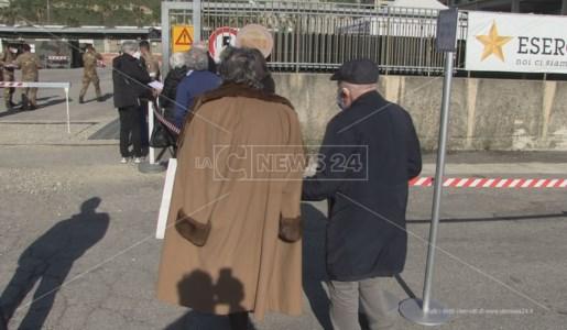 Cosenza, anziani in prossimità dell'ingresso del punto vaccinale dell'esercito