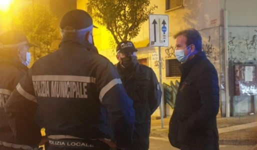 Mario Occhiuto insieme ad alcuni agenti di polizia municipale