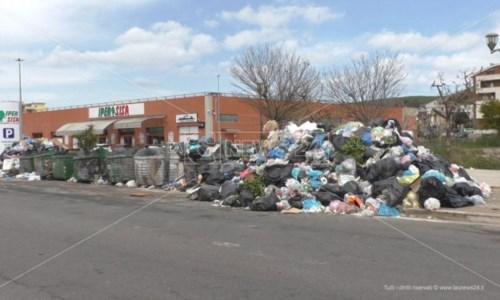 Rifiuti, paradosso Crotone: Tari più alta in Calabria ma la città è piena di spazzatura