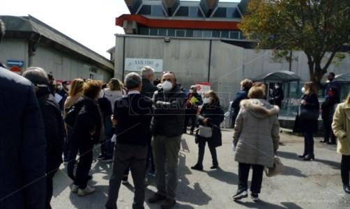 «Disponibile solo AstraZeneca»: a Vibo vaccini Pfizer e Moderna terminati, scoppia la protesta