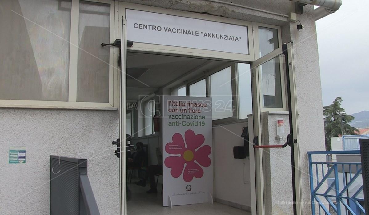 Il centro vaccinale allestito all'ospedale dell'Annunziata