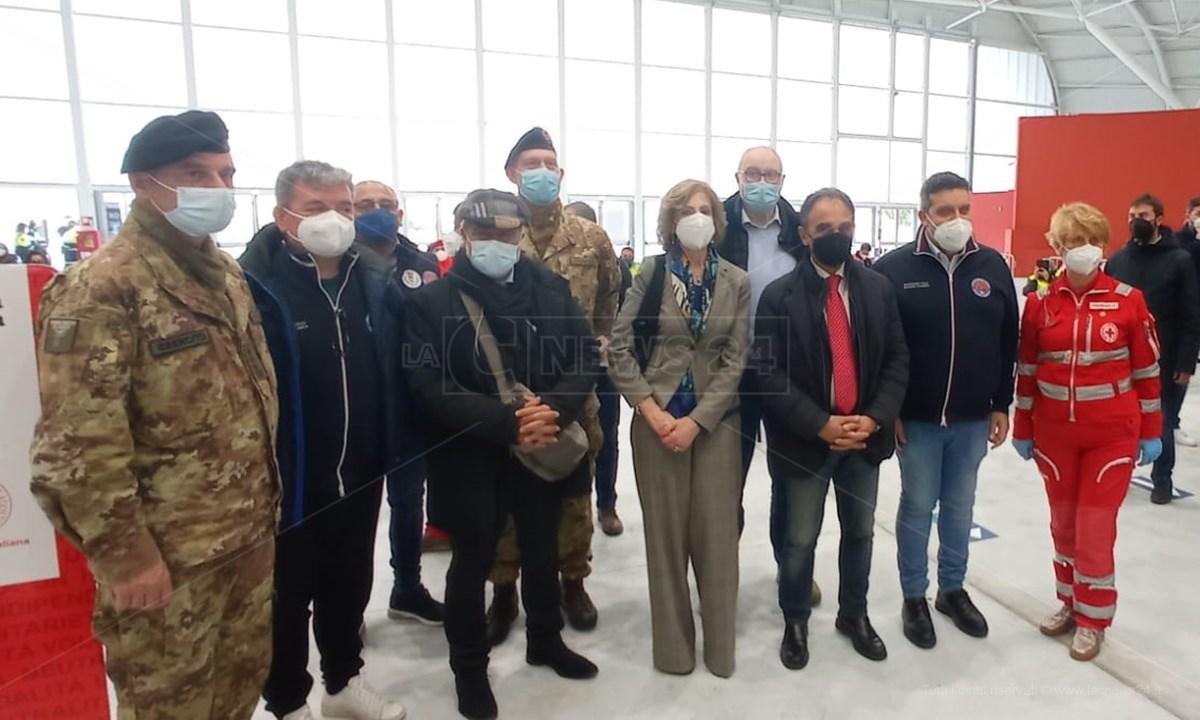 Il sindaco Abramo e le altre autorità intervenute ieri all'inaugurazione del centro vaccinale