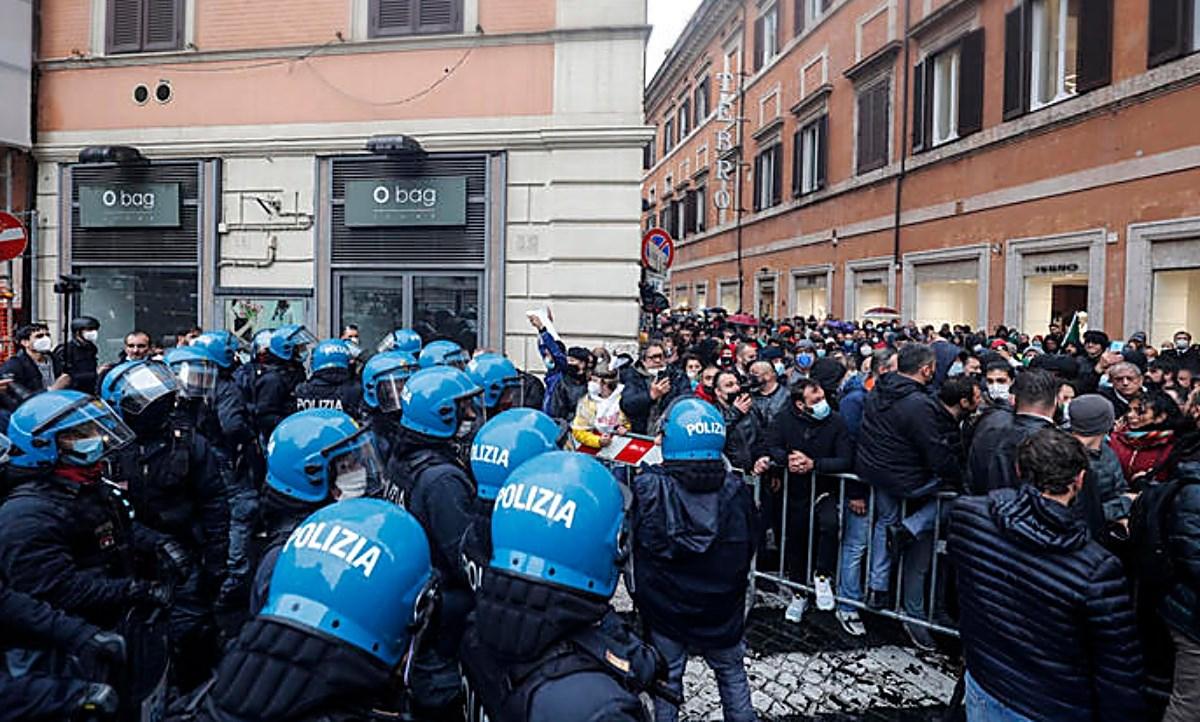 Scontri a Roma, foto ansa