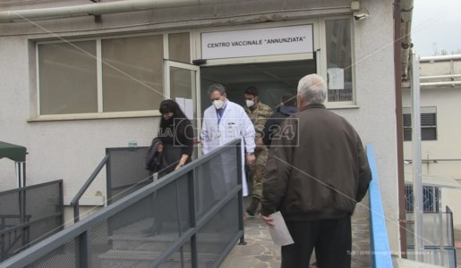 Il dott. Roberto Pellegrino insieme al commissario Mastrobuono all'uscita del centro vaccinale dell'Annunziata