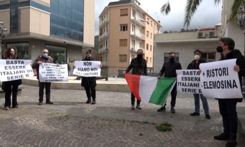 Covid, a Lamezia operatori economici in piazza contro le chiusure: «Più vaccini e ristori»