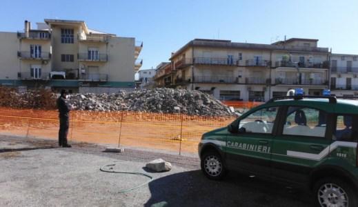 Marina di Gioiosa, ditte demoliscono una scuola ma non rimuovono le macerie: 2 denunce