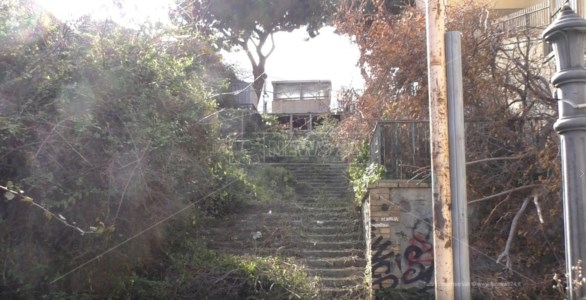 Reggio Calabria, storica scalinata preda del degrado e ripulita dai cittadini