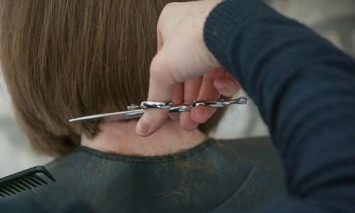 """""""Dacci un taglio e regala un sorriso"""": donare capelli  per le parrucche ai malati oncologici"""