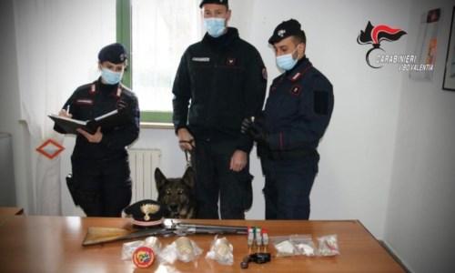 Armi clandestine e bombe carta artigianali in casa: arrestato 37enne nel Vibonese