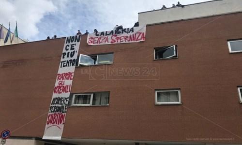 Covid, proteste a Cosenza: occupata la direzione dell'Azienda ospedaliera e Asp