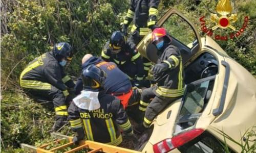 Crotone, auto finisce fuori strada sulla statale 106: feriti padre e figlia