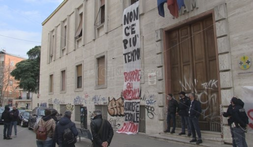 La direzione generale dell'Asp di Cosenza occupata dai manifestanti