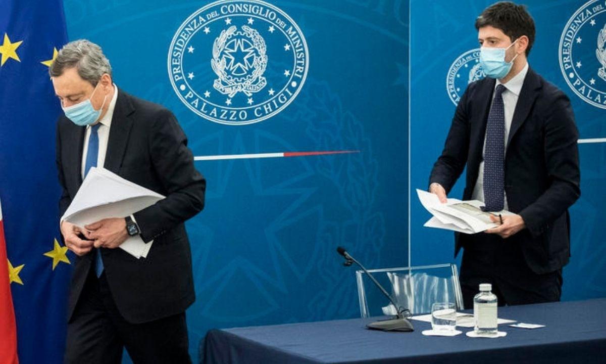 Il presidente del consiglio Mario Draghi e il ministro alla Salute Roberto Speranza al termine della conferenza stampa