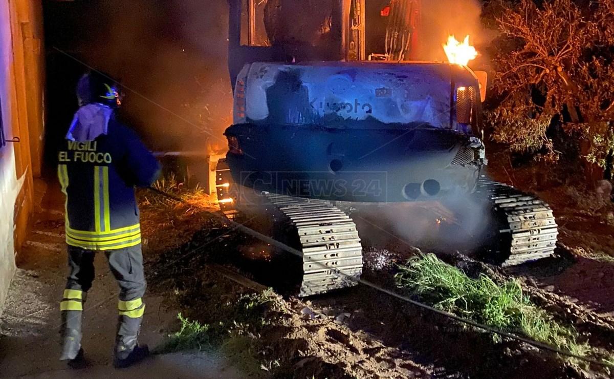 Escavatore in fiamme