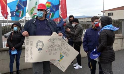 Lavoratori Eurospin in protesta a Lamezia: «Costretti anche a fare le pulizie»