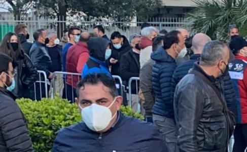 La folla in attesa
