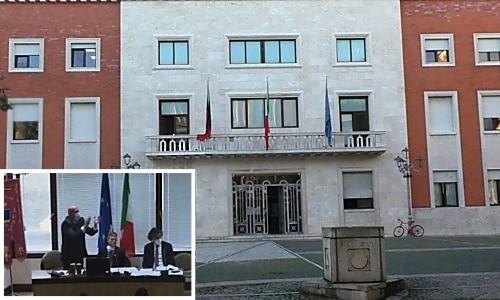 Crotone, bagarre in Consiglio comunale: il consigliere Meo lascia l'aula e il sindaco applaude