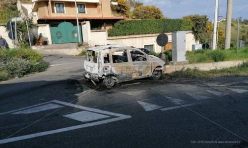 Incidente a Catanzaro, perde il controllo dell'auto e finisce contro lo spartitraffico: muore 22enne