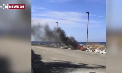 I rifiuti incendiati nel quartiere Catona a Reggio Calabria
