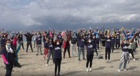 PlasticFree, ecco l'esercito dei volontari per ripulire la spiaggia