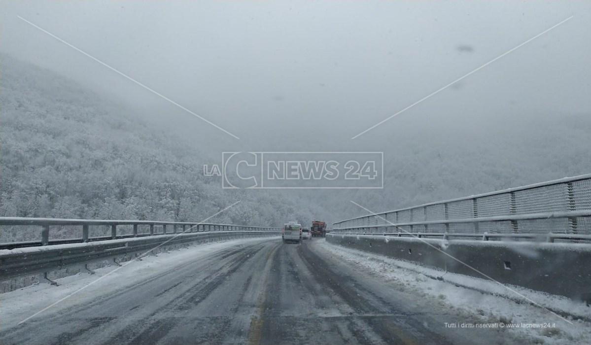 Nevicata in corso sulla Statale 107 per la Sila