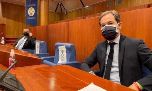 Consiglio regionale, si inizia con tre ore di ritardo: neanche la pandemia scuote la politica