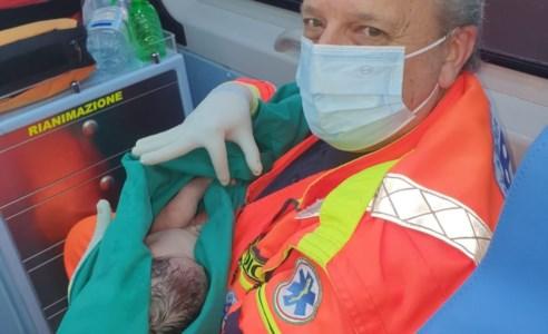 La sua bimba non aspetta, parto in ambulanza per una mamma cosentina
