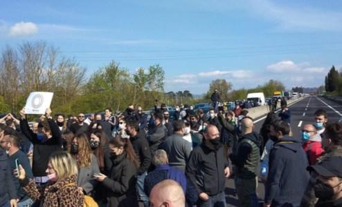 Le foto della protesta dalla pagina fb di Tni Italia