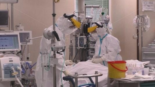 Gli eroi della pandemia beffati, le indennità di medici e infermieri usate per altre spese