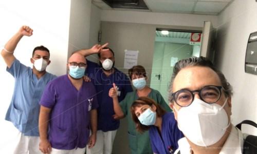 Carlo Granata con i sanitari del Pugliese Ciaccio di Catanzaro