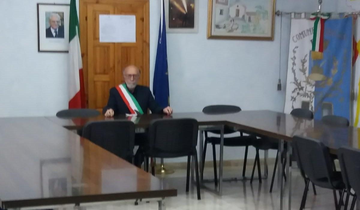 Il sindaco Francesco Silvestri durante l'occupazione della sala consiliare