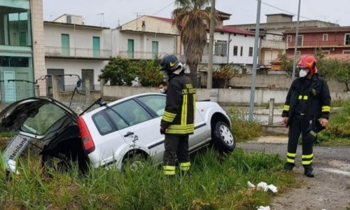 Incidente sulla 106 a Crotone, auto finisce in un canalone: un ferito