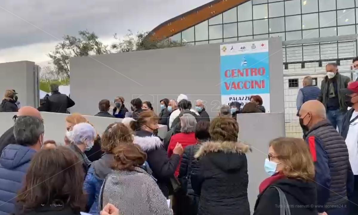 La fila dinnanzi al centro vaccinale di Siderno